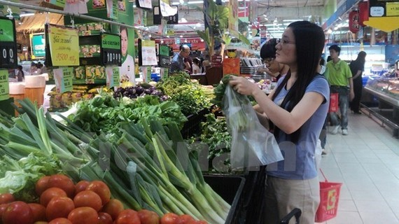 Local people shop for vegetables (Photo: VNA)