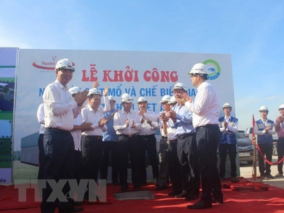 Delegates at the ceremony to launch construction of Vietnam's most modern poultry processing plant (Photo: VNA)