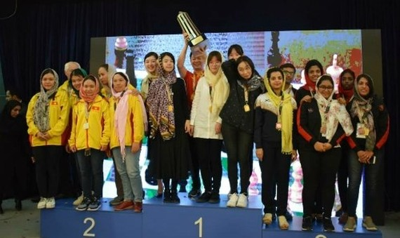 The Vietnamese women's team (left) on the podium of the 2018 Asian Nations Cup.(Source: nhandan.com.vn)