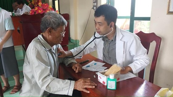 Soldiers, residents in Phu Quy island receive free medical examination