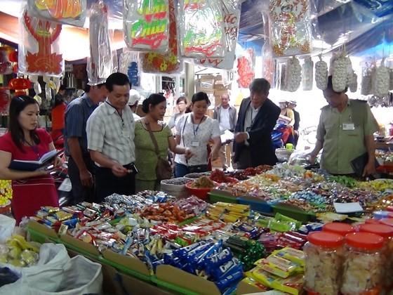INspectors visit a market for food safety (Photo: SGGP)
