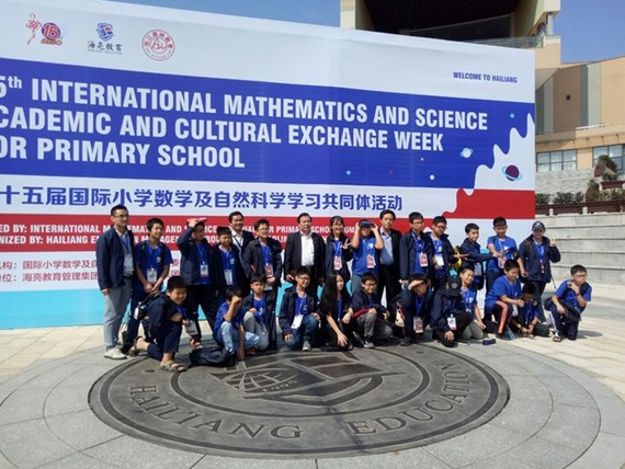 The delegation of Vietnamese students to the 15th International Mathematics and Science Olympiad (Source: hanoimoi.com)