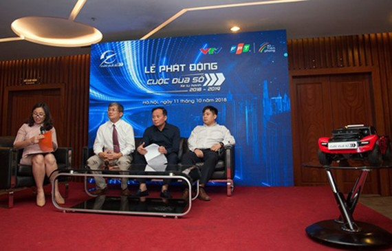 The organization board of the Digital Race 2018-2019 answered questions related to the contest in the launch ceremony in Hanoi. Photo by TB