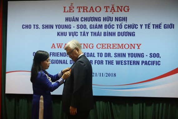 Health Minister Nguyen Thi Kim Tien presents Vietnam's Friendship Order to Dr. Shin Young-soo, WHO Regional Director for the Western Pacific (Photo: Coutersy of WHO)