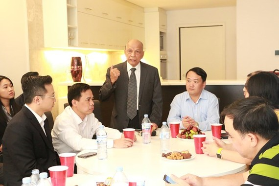 Vice Chairman of the Vietnam Business Association of Australia Peter Hong (standing) speaks at the meeting with VFF officials in Sydney on December 7 (Photo: VNA)