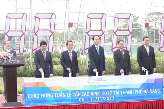 State President of Vietnam Tran Dai Quang, leaders of APEC National Committee 2017 and the People's Committee of Da Nang city press a button to countdown Asia-Pacific Economic Cooperation (APEC) 2017.