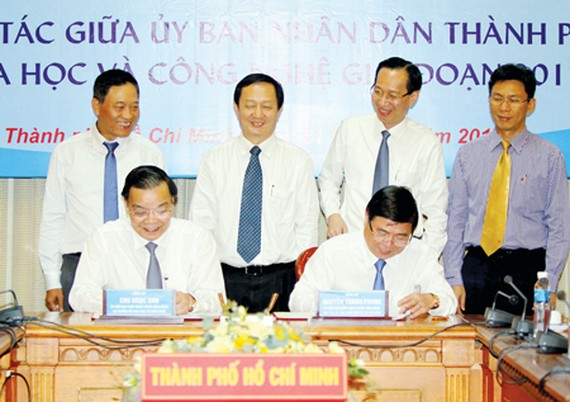 Minister of Science and Technology Chu Ngoc Anh and Chairperson of the HCMC People's Committee Nguyen Thanh Phong sign a cooperation program. (Photo:Hoang Hung)