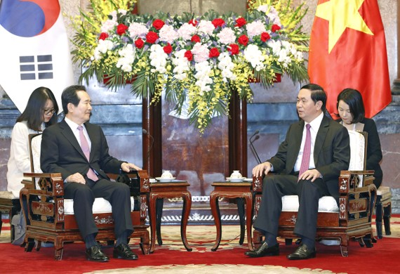 State President of Vietnam Tran Dai Quang (R) talks with Korea's National Assembly Speaker of Republic of Korea Chung Sye-kyun