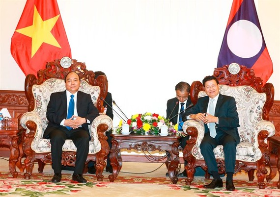 Prime Minister Nguyen Xuan Phuc (left) meets with his Lao counterpart Thongloun Sisoulith in Vientiane during his first visit to the country as the Vietnamese PM-VNA