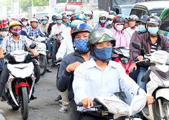 People suffer serious hot air as travelling outside (Phto:SGGP)