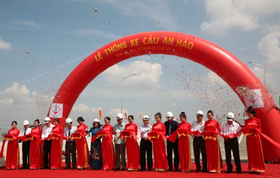 Representatives of Construction Ministry, Transport Ministry and the local leaders cut inauguration ribbon