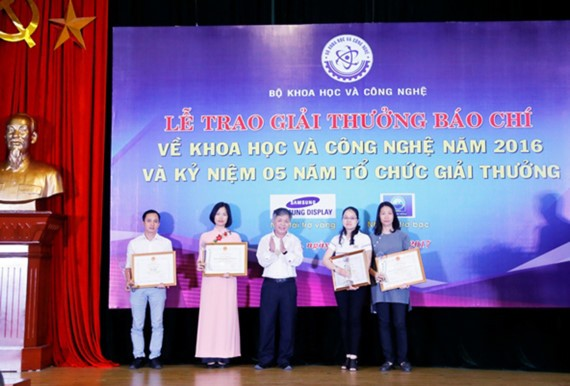 The first winners, who have the best newspaper works writing on science and technology achievements