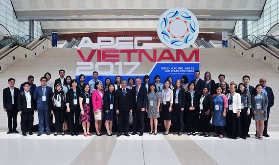 Participants in SOM 2 in Hanoi pose for a photo (Photo: VNA)
