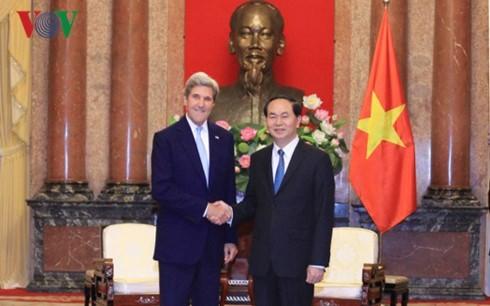 Vietnamese President receives former US Secretary of State John Kerry