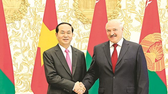 Vietnamese President Tran Dai Quang  poses with Belarusian President Alexander Lukashenko at Independence Palace