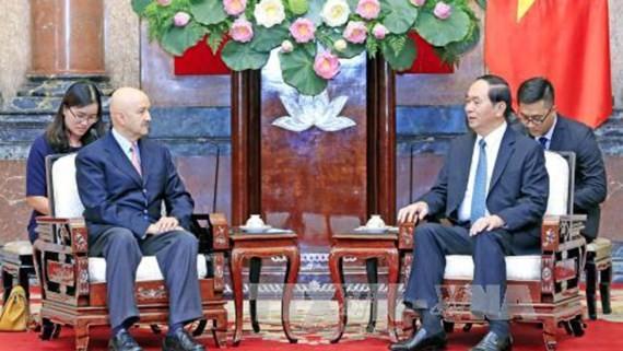 Vietnamese President Tran Dai Quang receives Mexican former President Carlos Salinas de Gortari (Photo:VNA)