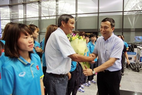 Head coach of the Vietnam women's football team Mai Duc Chung and his students arrive in Mimasaka city of Japan