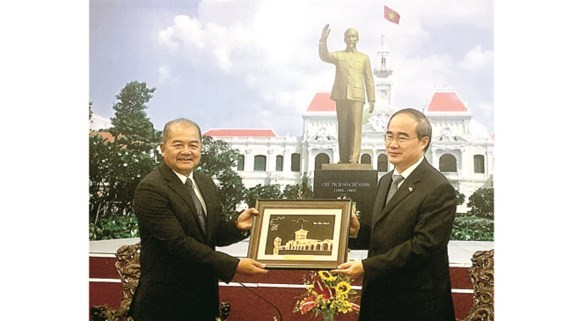 Politburo member, Secretary of Ho Chi Minh City Party Committee Nguyen Thien Nhan offers a souvenir for Secretary of the Lao Party Central Committee Kikeo Khaykhamphithoune