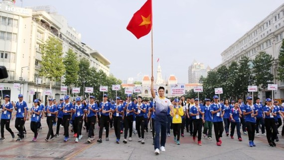 Nearly 200 athletes, head coaches and 5,000 people attend in a walk along Nguyen Hue walking street