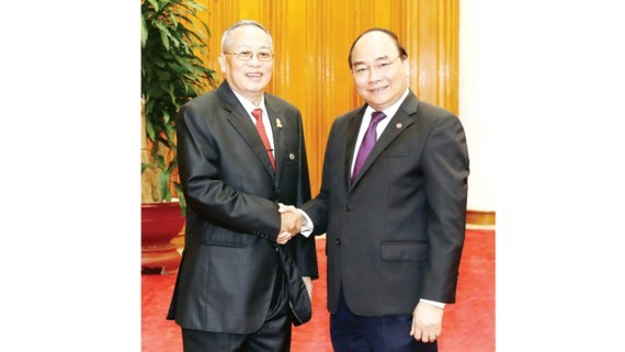 Vietnamese Prime Minister Nguyen Xuan Phuc (R) and Cambodian Senate First Vice President Nay Pena