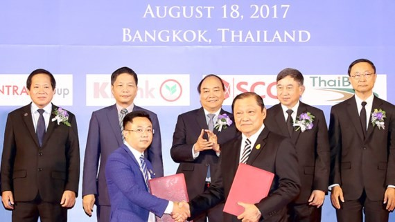 Prime Minister Nguyen Xuan Phuc and Deputy Prime Minister of Thailand Prajin Juntong witness exchanging cooperation agreements between the nations' enterprises