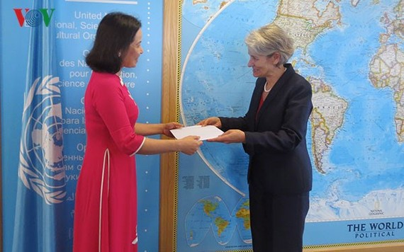 UNESCO Director-General Irina Bokova received credentials from Tran Thi Hoang Mai, the first female head of the Vietnam Permanent Delegation to UNESCO, in Paris on September 28. (Photo: VOV)