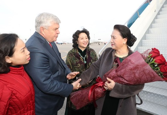 hairwoman of the National Assembly of Vietnam Nguyen Thi Kim Ngan (R) is welcomed at the Astana International Airport (Photo: VNA)