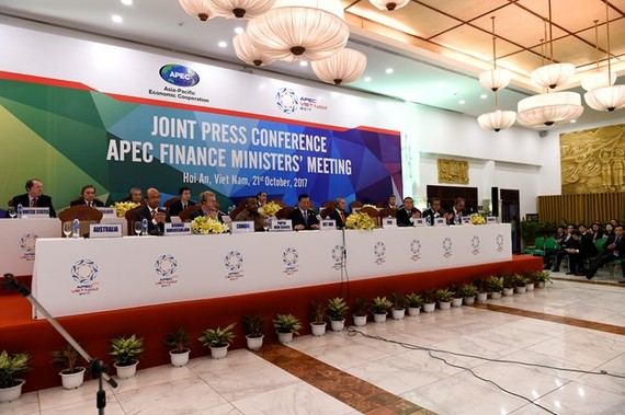 Officials at the joint press conference after the 24th APEC Finance Ministers' Meeting concludes (Photo: VNA)