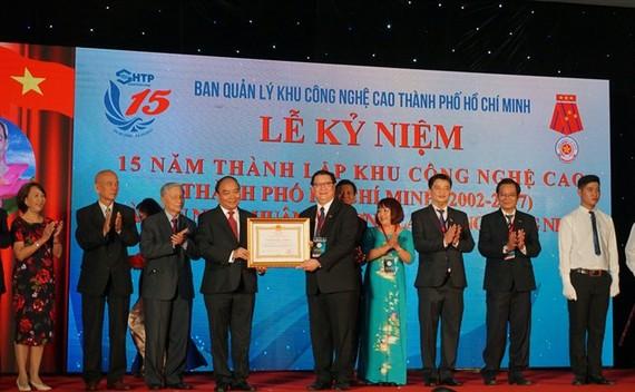 Prime Minister Nguyen Xuan Phuc awards the Labour Order, first class, to the Saigon Hi-Tech Park on October 29. Photo Thu Hang