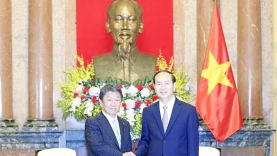 State President of Vietnam Tran Dai Quang (R) and Japanese Economy Minister Toshimitsu Motegi (Photo:VNA)