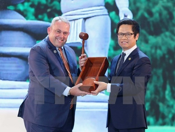 Chairman of the Vietnam Chamber of Commerce and Industry Vu Tien Loc (R) and Papua New Guinea's Minister in charge of APEC Justin Tkatchenko (Source: VNA)