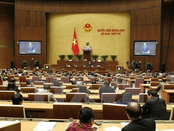 Lawmakers adopt the draft Law on Public Debt Management at the 14th National Assembly's fourth session (Source: VNA)