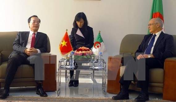 Vietnamese Minister of Construction Pham Hong Ha (L) at a meeting with Algerian Minister of Industry and Mines Youcef Yousfi (Photo: VNA)