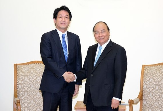 Vietnamese Prime Minister Nguyen Xuan Phuc (R) and Special Advisor to the Japanese Prime Minister Sonoura Kentaro