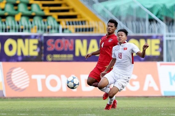 Truong Tien Anh of Vietam's U19 team vies for a ball against Min Moe Kyaw of Myanmar during their match in Can Tho. (Photo: Vietnamnet.vn)