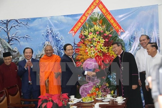 VFF President Tran Thanh Man (fourth from left) extends Christmas greetings to the Bishop of My Tho Diocese. (Photo: VNA)