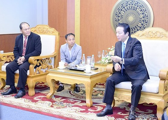Minister of Natural Resources and Environment Tran Hong Ha holds a talk with Bounpone Sisoulath, Chairman of the Lao National Assembly's Economic, Technology and Environment Committee about experiences in land management