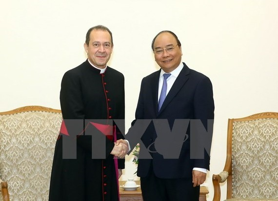 Prime Minister Nguyen Xuan Phuc (R) recieves Under-Secretary for the Holy See's Relations with States Antoine Camilleri (Photo: VNA)
