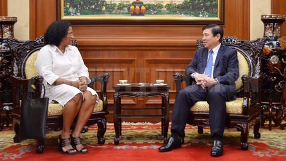 Chairman of the Ho Chi Minh City People's Committee Nguyen Thanh Phong and new Cuban Consul General in Ho Chi Minh City Indira Lopez Arguelles