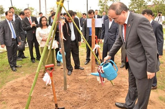 Secretary of the Ho Chi Minh City's Party Committee Nguyen Thien Nhan plants tree at Cho Ray – Phnom Penh Hospital (Source: VNA)