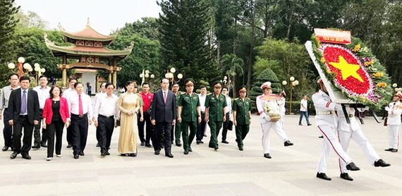 Delegation of Party, State, Party Committee, People's Council, People's Committee, Vietnam Fatherland Front Committee of Ho Chi Minh City visits and thurifies at Ben Duoc Memorial Temple