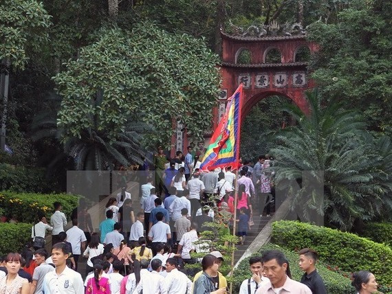 Tourists participate in the 2017 Hung Kings festival (Photo: VNA)