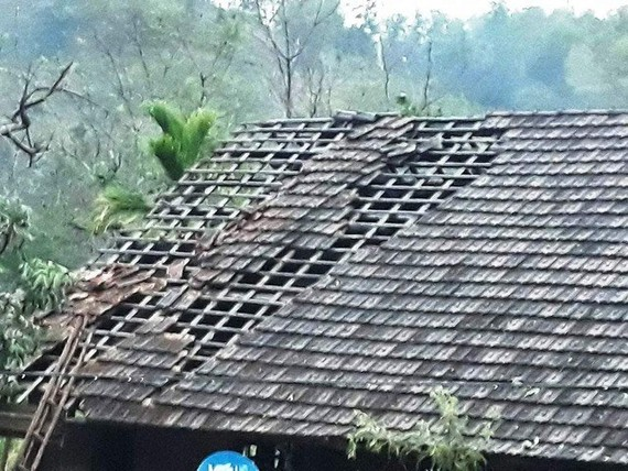 A hailstorm blows away the roof of a house in central Nghe An province (Photo dantri.com.vn)