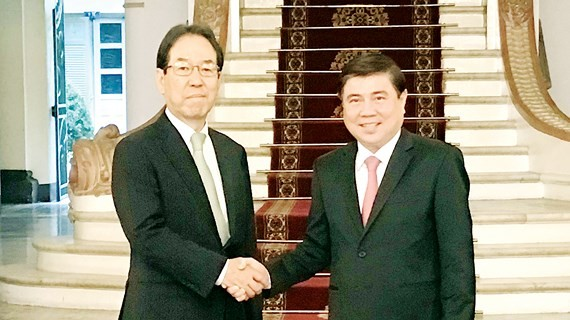 Chairman of the Ho Chi Minh City People's Committee Nguyen Thanh Phong (R) and Chairman of the Japanese Conference for overseas Development of Eco-cities Keiji Kimura