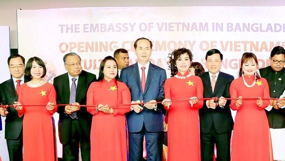 Vietnamese President Tran Dai Quang cuts ribbon to open Vietnam Culture Days in Bangladesh