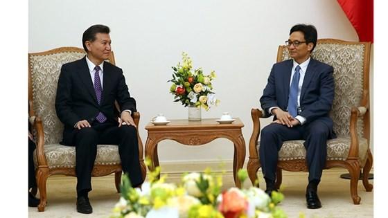 Deputy PM Vu Duc Dam (R) and President of World Chess Federation Kirsan Ilyumzhinov