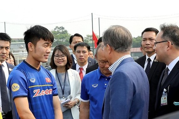 South Korean president Moon Jae-in exchanges with head coach of the Vietnamese national football team Park Hang- seo and players of the team