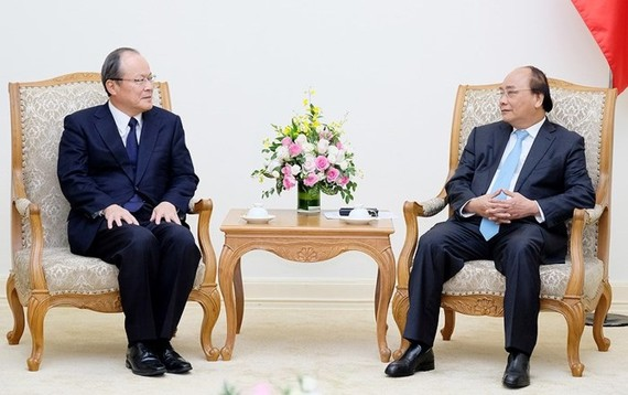 Vietnamese Prime Minister Nguyen Xuan Phuc (R) meets Takehiko Kakiuchi, President cum CEO of Mitsubishi Corporation (Photo:VGP)