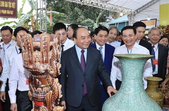 PM Nguyen Xuan Phuc in Bat Trang village (Photo: VNA)