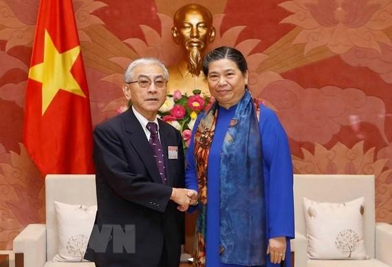 Vice Chairwoman Tong Thi Phong (R) welcomes Saito Toshitsugu who leads LDP former parliamentarians association delegation (Photo: VNA)